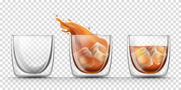 Verre vide, plein et éclaboussure de whisky dans un verre avec une boisson dure avec des glaçons