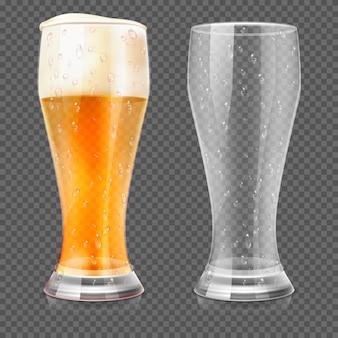 Verres à bière réalistes, une tasse vide et un verre de lager complet isolé sur fond quadrillé transparent.