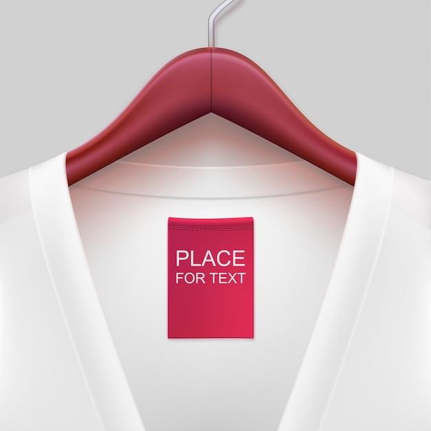 Veste avec étiquette accrochée à un cintre.