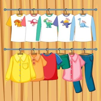 Vêtements suspendus sur un portant sur fond de mur en bois
