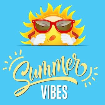 Vibrations d'été salutation avec soleil dessin animé dans des lunettes de soleil sur fond bleu sournois.