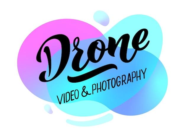 La vidéo et la photographie de drones dessinent à la main le lettrage pour le logo de la carte de visite du site web des projets