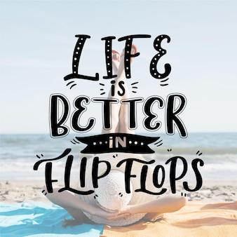 La vie est meilleure dans le lettrage des tongs