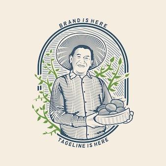 Le vieil homme tenant la pomme de terre du logo d'illustration de la ferme avec un style de gravure