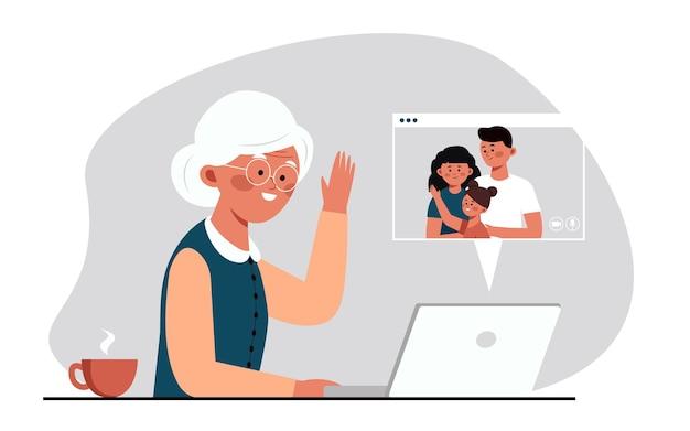 Vieille grand-mère communiquant avec la famille par liaison vidéo à l'ordinateur avec caméra communiquant
