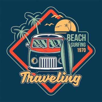 Vieille voiture vintage pour le surf d'été, voyager et vivre sur les plages paradisiaques de la californie avec le surf de la mer. c