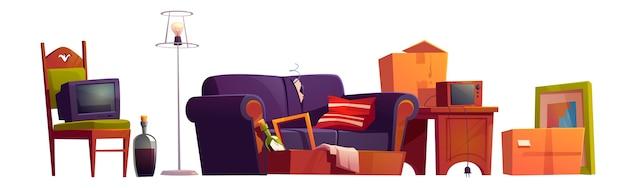 Vieux meubles, trucs de chambre et bouteilles d'alcool, canapé cassé, chaise en bois avec téléviseur ancien éteint, boîtes en carton, radio rétro sur table en bois et lampadaire
