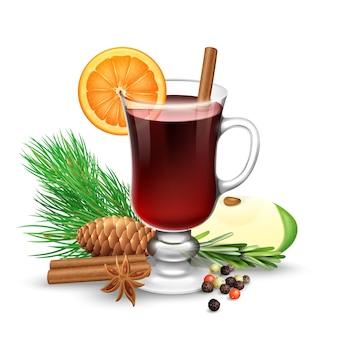 Vin rouge chaud pour l'hiver et noël avec des bâtons de cannelle tranche d'orange anis et branche de pin vec