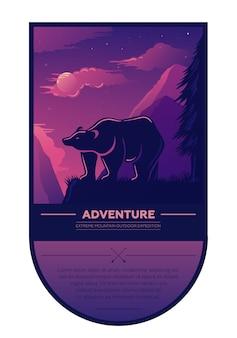 Vintage été aventure randonnée en plein air et camping étiquette rétro, insigne, élément avec ours, beau paysage, coucher de soleil, montagnes