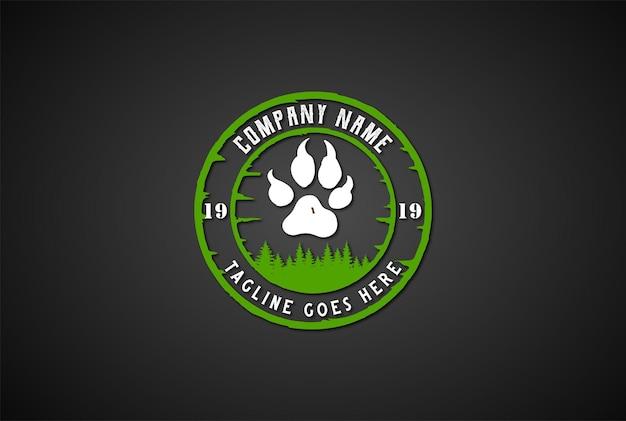 Vintage retro bear wolf footprint et pine cedar spruce sapin trees forest pour outdoor wilderness adventure logo design vector