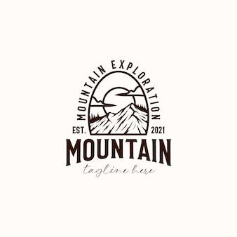 Vintage sunrise mountain pine tree evergreen tree pour modèle de conception de logo d'aventure en plein air