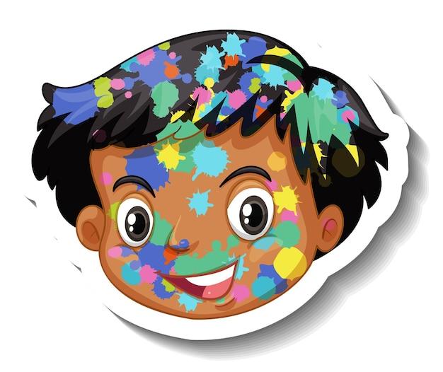 Visage heureux de garçon avec la couleur sur son autocollant de visage sur le fond blanc