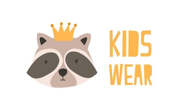 Visage ou tête d'adorable raton laveur en couronne. museau d'animal sauvage drôle mignon isolé sur fond blanc. illustration vectorielle colorée dans un style doodle plat pour l'impression de t-shirt pour enfants, les enfants portent le logo.