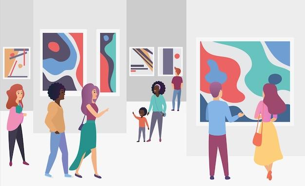 Les visiteurs de la galerie d'exposition visualisent des photos de peintures abstraites à la mode