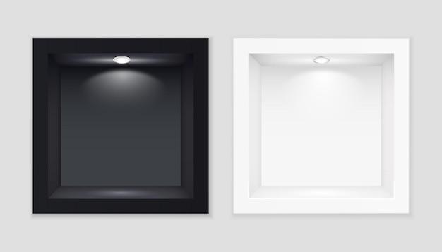 Vitrines cubiques d'exposition en noir et blanc avec modèle illuminé.