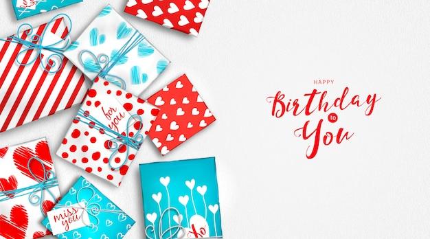 Voeux de joyeux anniversaire avec des coffrets cadeaux rouges et blancs. pile de cadeaux dans un emballage coloré. contexte