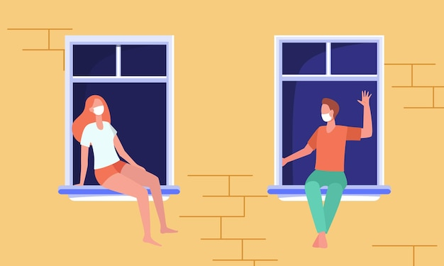 Voisins masqués assis séparément sur les rebords de fenêtre et bavardant. vue des murs et des fenêtres du bâtiment extérieur
