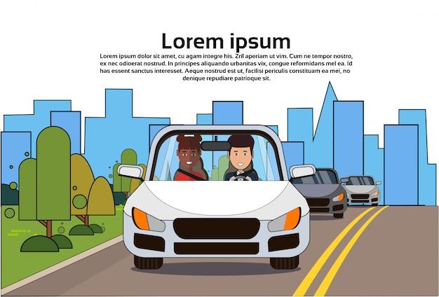 Voiture avec homme et femme afro-américaine sur la route