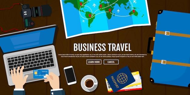Voyage d'affaires réservations d'hôtel à l'aide d'un ordinateur portable passeport avec billets appareil photo carte de voyage valise bannière de voyage d'affaires