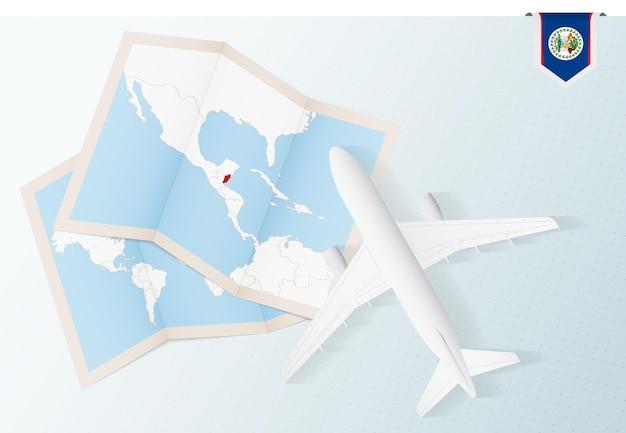 Voyage au belize, avion vue de dessus avec carte et drapeau du belize.