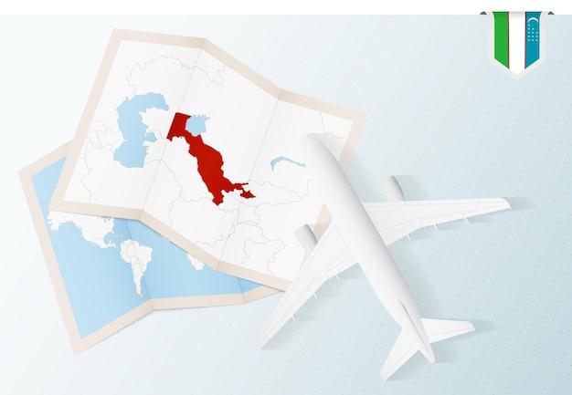Voyage en ouzbékistan, avion vue de dessus avec carte et drapeau de l'ouzbékistan.