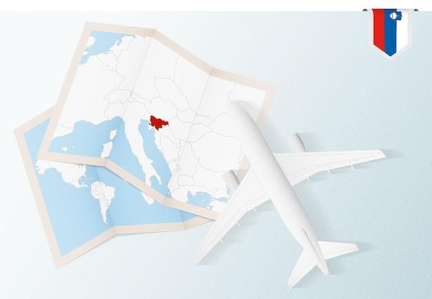 Voyage en slovénie, avion vue de dessus avec carte et drapeau de la slovénie.