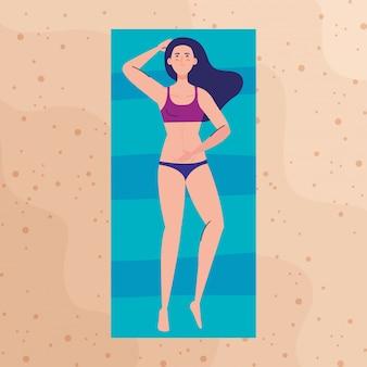 Vue aérienne, femme avec maillot de bain allongé bronzage sur la plage, saison des vacances d'été