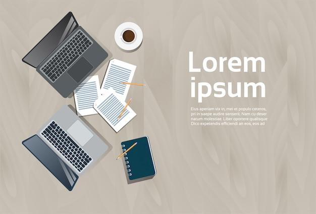 Vue d'angle supérieur du fond de lieu de travail avec deux ordinateurs portables espace de travail de modèle avec espace de copie
