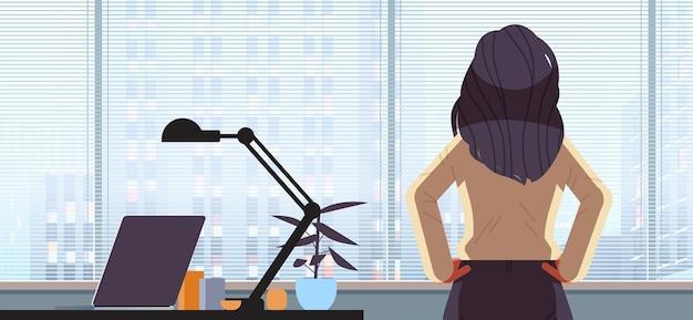 Vue arrière femme d'affaires avec impatience à travers la fenêtre en verre femme d'affaires réussie travaillant dans le concept de leadership de bureau illustration horizontale de personnage féminin de dessin animé