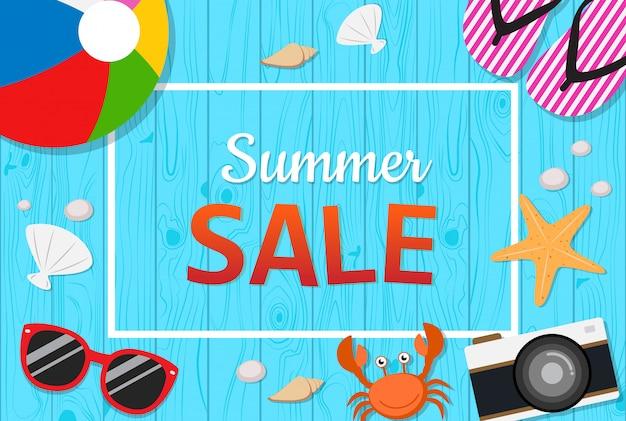 Vue de dessus de la bannière de vente d'été avec des objets