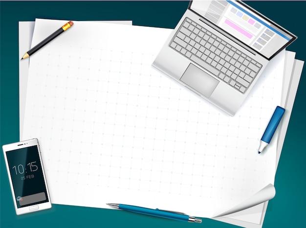 Vue de dessus de bureau avec des feuilles vierges, papier whatman, stylo, crayon, ordinateur portable ouvert, smartphone. fond d'affaires,