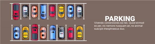 Vue de dessus d'espace de stationnement avec ensemble de voitures colorées, bannière horizontale de zone de parc