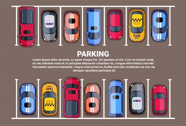 Vue de dessus d'espace de stationnement avec ensemble de voitures colorées, fond de zone de parc