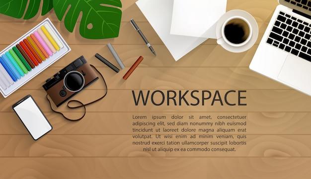 Vue de dessus de l'espace de travail de l'artiste avec des outils de peinture sur table en bois