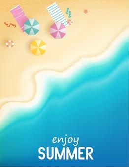 Vue de dessus été avec équipement de jeux d'eau placé sur le fond de plage de plage avec anneau de bain