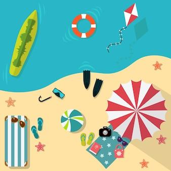 Vue de dessus fond de plage avec parasols, balles, anneau de bain, lunettes de soleil, planche de surf, chapeau, sandales, jus, étoile de mer et mer.