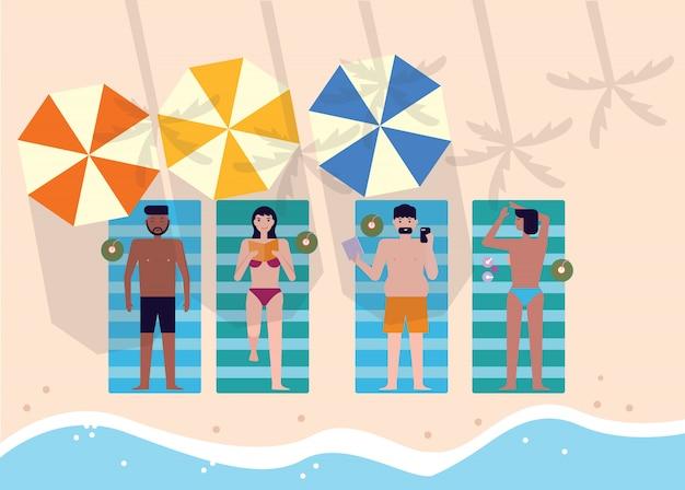 Vue de dessus des gens à la plage ou au bord de la mer se détendre et bronzer.