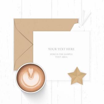 Vue de dessus plat laïque élégant papier de composition blanc enveloppe kraft brun étiquette artisanale en forme d'étoile et café sur fond de bois.