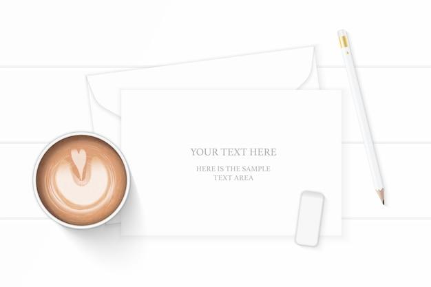 Vue de dessus plat laïque élégante composition blanche enveloppe papier crayon gomme à effacer tag et café sur fond en bois.