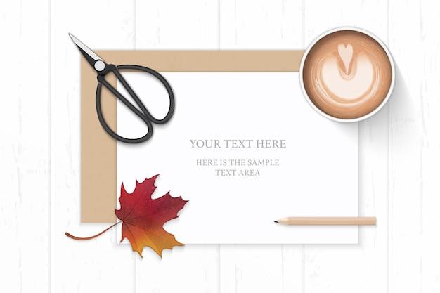 Vue de dessus plat laïque élégante composition blanche papier kraft enveloppe café feuille d'érable d'automne et ciseaux en métal vintage sur fond en bois.