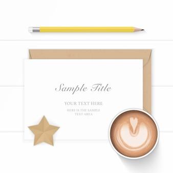 Vue de dessus plat laïque élégante composition blanche papier kraft enveloppe café star artisanat et crayon jaune sur fond de bois.