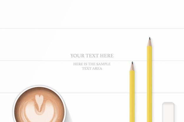 Vue de dessus plat lapointe élégante composition blanche crayons jaunes gomme et café sur fond de plancher en bois.
