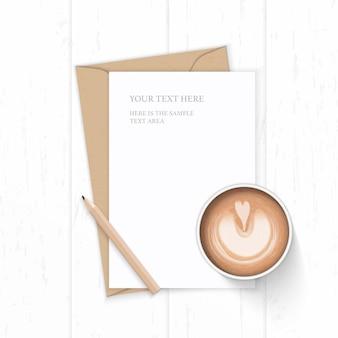 Vue de dessus plat lapointe élégante composition blanche lettre enveloppe de papier kraft café et crayon sur fond en bois.