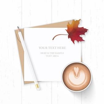Vue de dessus plat lapointe élégante composition blanche lettre enveloppe de papier kraft crayon feuille d'érable automne et café sur fond en bois.