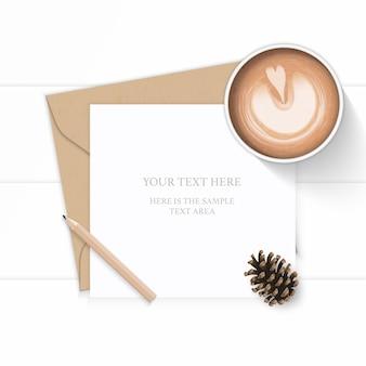 Vue de dessus plat lapointe élégante composition blanche lettre enveloppe papier kraft crayon pomme de pin et café sur fond de bois.