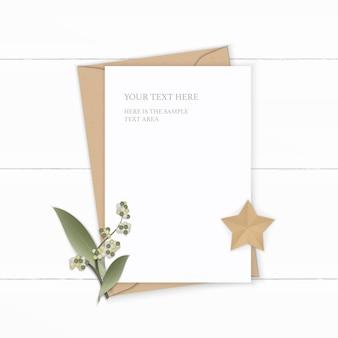 Vue de dessus plat lapointe élégante composition blanche lettre enveloppe papier kraft feuille de fleur et artisanat en forme d'étoile sur fond de bois