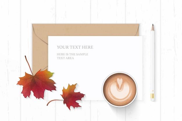 Vue de dessus plat lapointe élégante composition blanche lettre papier enveloppe kraft feuille d'érable automne café et crayon sur fond en bois.