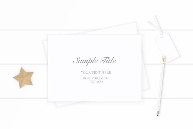 Vue de dessus plat lapointe élégante composition de noël blanc papier crayon tag forme étoile artisanat sur fond en bois.