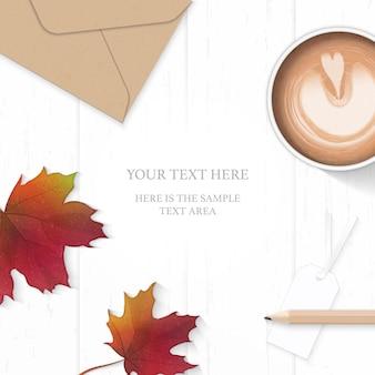 Vue de dessus plat poser élégante feuille de papier de composition blanche enveloppe kraft étiquette de crayon et feuille d'érable d'automne café sur fond de bois.