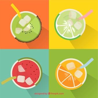 Vue de dessus de quatre jus de fruits savoureux